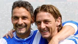 Roberto Baggio, 50 anni, e Beppe Signori, 50 anni, nel 2001 prima dell'inizio di Brescia-Bologna in serie A. Ap