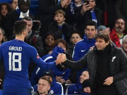 Stretta di mano tra Olivier Giroud, al primo gol con il Chelsea, e Antonio Conte. Afp