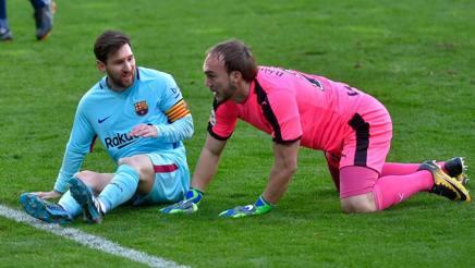 Messi e Dmitrovic dopo uno scontro.Afp