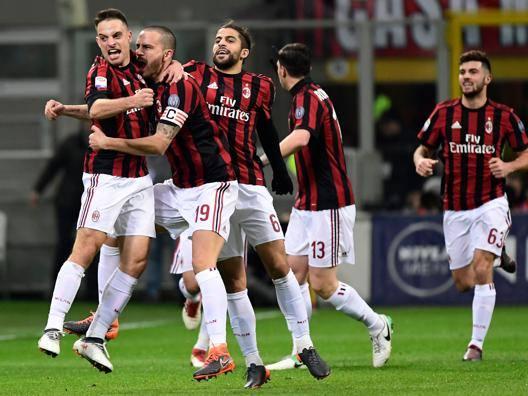 Giacomo Bonaventura festeggiato da Bonucci e Rodriguez dopo il gol. Afp