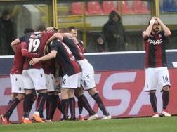 Il Bologna festeggia Pulgar per il gol della vittoria. Getty