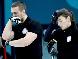 Aleksandr Krushelnitckii e Anastasia Bryzgalova durante la semifinale di curling. Epa