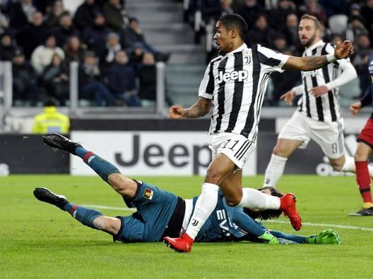 Douglas Costa in azione contro il Genoa. Getty Images