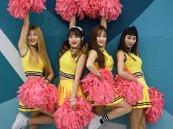 Un gruppo di cheerleader sudcoreane al palazzo dell'hockey a Gangneung. Afp
