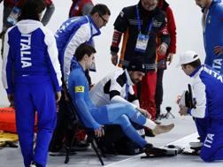 L'azzurro Nicola Tumolero, ferito, viene soccorso e bendato in pista AP