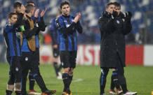 I giocatori dell'Atalanta salutano i tifosi. LaPresse