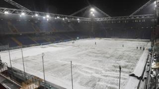 Neve al Ferraris di Genova nel 2010, prima del derby della Lanterna. Ansa