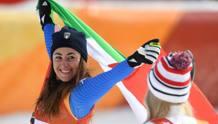 Sofia Goggia esulta sotto gli occhi di Lindsey Vonn. LaPresse