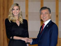 Ivanka Trump con il presidente sudcoreano Moon Jae-In. Getty