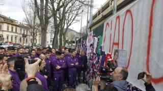 """""""Ciao capitano"""": l'omaggio dei compagni di Astori al Franchi"""