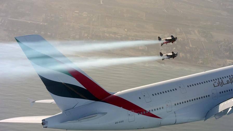 Aereo Privato Piu Grande Al Mondo : Col jetpack in volo accanto all aereo più grande del mondo