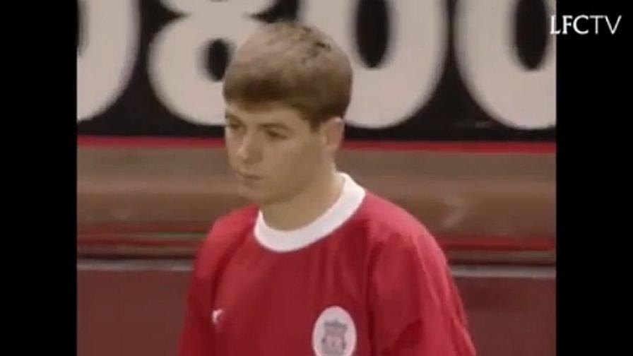Liverpool 1998: un ragazzino scende in campo coi Reds, è l'esordio di Steven Gerrard