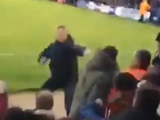 Inghilterra, tifoso perde la testa: attacca da solo la curva avversaria