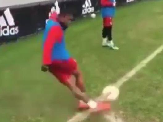 Douglas Costa, rabona e gol da calcio d'angolo