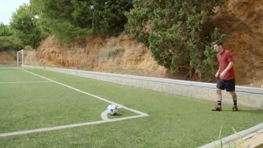 Cosa fa Messi? Traversa da corner al primo colpo