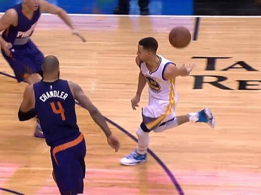 Assist of the night: Stephen Curry, assist dietro la schiena per Thompson