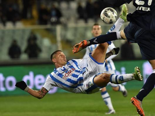 Lapadula acrobazia da fenomeno, Pescara salvo al 93'