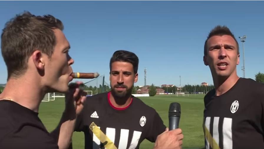 Lichtsteiner fuma il sigaro. E Khedira sfotte Mandzukic