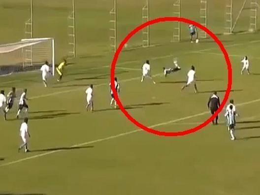 Brasile, il gol con uno scorpione alla Higuita
