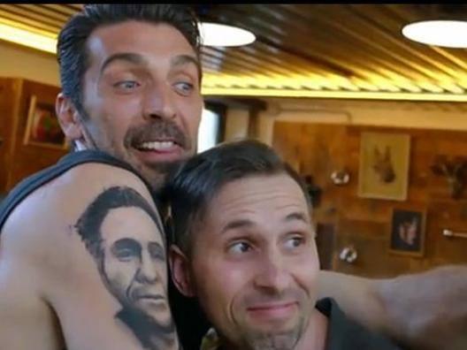Buffon si tatua il volto di un fan sul braccio: il tifoso non ci crede...