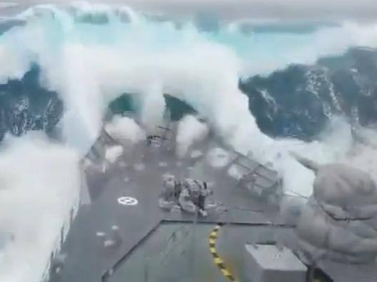 L'onda mostruosa divora la nave militare