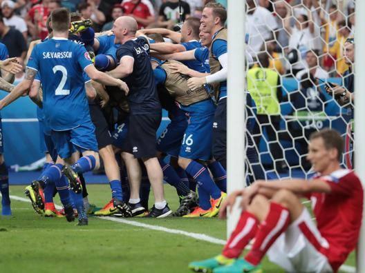 Delirio di un telecronista: gol islandese in extremis, lui perde il controllo