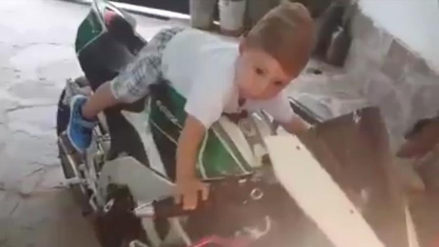 Bimbo sale sulla moto, l'accende e...