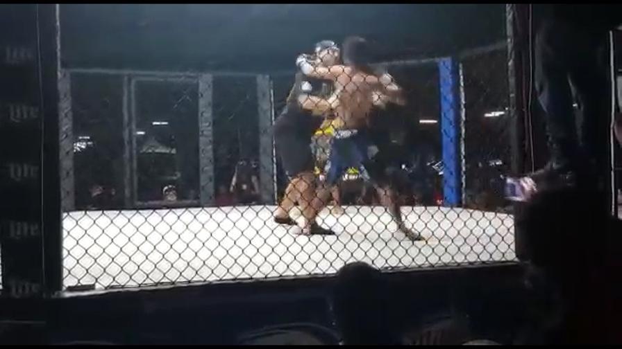 Fighter impazzisce e attacca l'arbitro, ma…