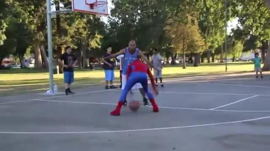 Vestito da Spiderman, dà spettacolo ai campetti