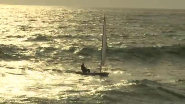 Quando l'onda ti tradisce...<br> il velista finisce in mare