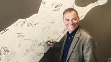 Bernard Hinault, 62 anni, firma il muro dei campioni nella redazione Gazzetta