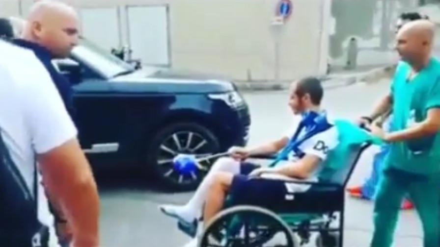 Sedie A Rotelle Torino : Valentino rossi lascia lospedale in sedia a rotelle e con un