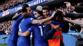 Fabregas, strana esultanza al gol di Pedro. Reuters