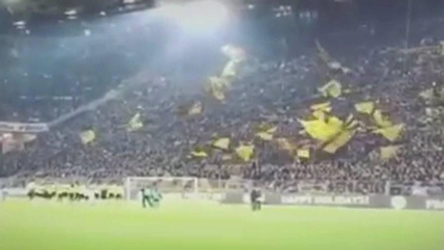 """I tifosi del Borussia Dortmund cantano """"Jingle Bells"""" allo stadio"""