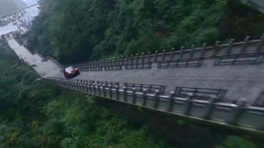 In Range Rover sulla scalinata fino in cima alla montagna