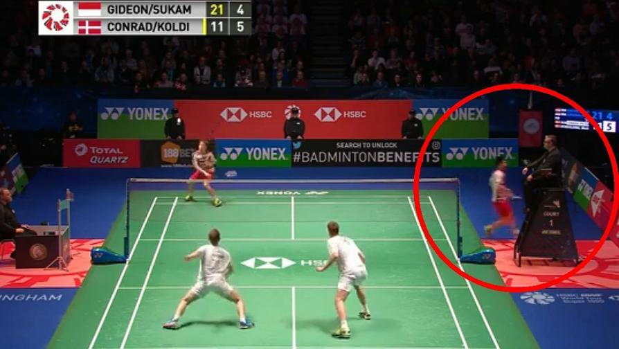 Badminton, All England: rompe corde, cambia racchetta in corsa, poi il compagno fa punto