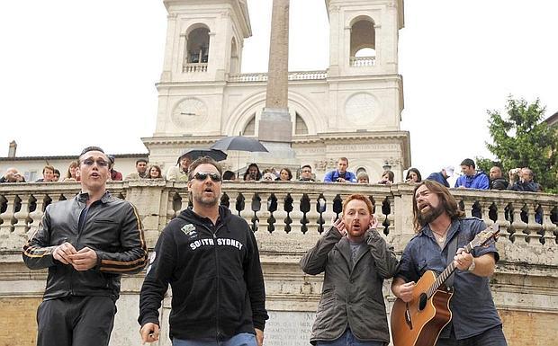 2650a1d0bd2ff Il Gladiatore canta - Russell Crowe sulla scalinata di Trinità dei Monti, a  Piazza di