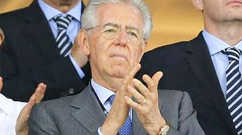 Mario Monti applaude in tribuna a Kiev. LaPrese