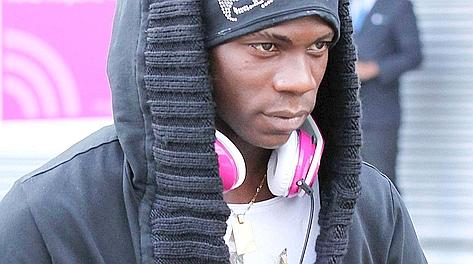 Mario Balotelli con le cuffione rosa. Press association
