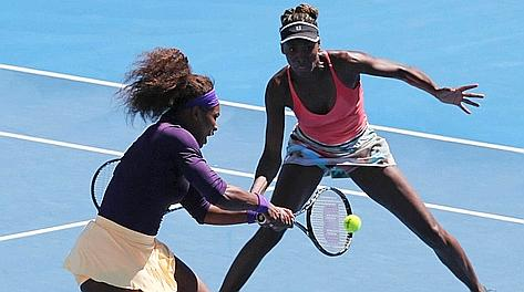 Serena e Venus Williams in azione. Ap