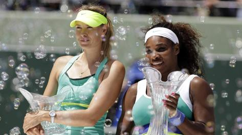 Serena Williams e Maria Sharapova con i trofei. Ap