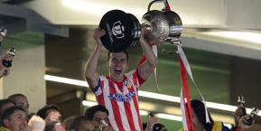 Gabi, capitano dell'Atletico, alza la Coppa del Re. Afp