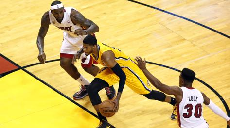 Paul George fra LeBron James e Norris Cole (30). Usa Today