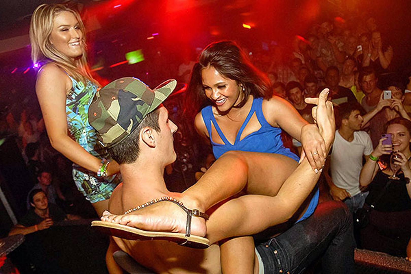 Секси телки в клубах, Порно с пьяными девушками и секс на порно вечеринках 22 фотография