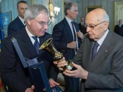 Beretta consegna a Napolitano una coppa Italia in miniatura. Ansa
