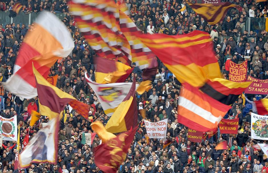 Supporters della Roma all'Olimpico. Ansa