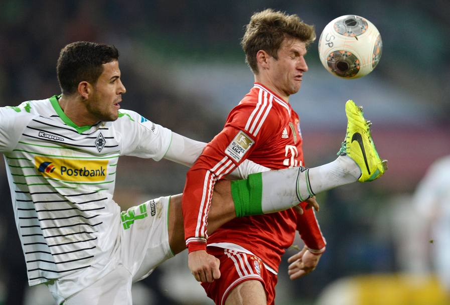 Alvaro Dominguez cerca l'anticipo su Thomas Mueller (Afp)