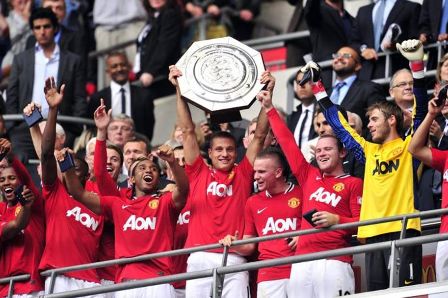 Agosto 2011, Vidic trionfa in Community Shield a Wembley e solleva il trofeo. Afp