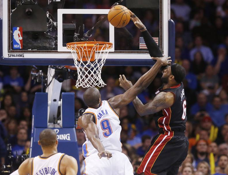 Infortunio al naso per LeBron James durante la partita tra Oklahoma City e Miami (Ap)