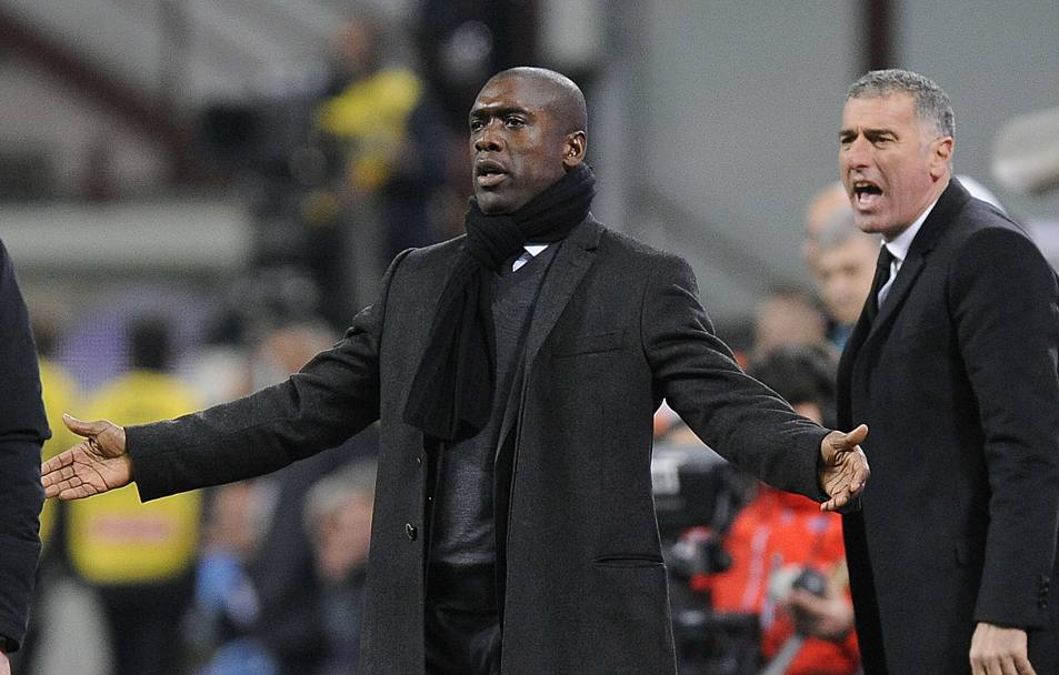Seedorf allarga le braccia. Reuters